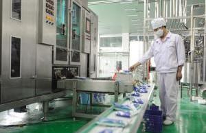 液体自动包装机正在对牛奶包装